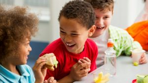 kids eating healthy lunch